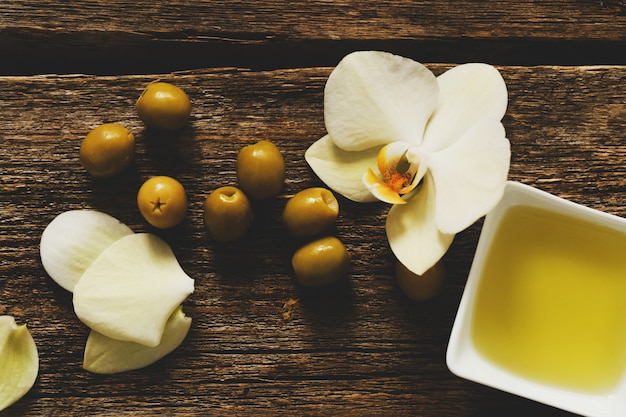 Olivenöl mit blumen