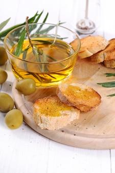 Olivenöl mit brot und löffel