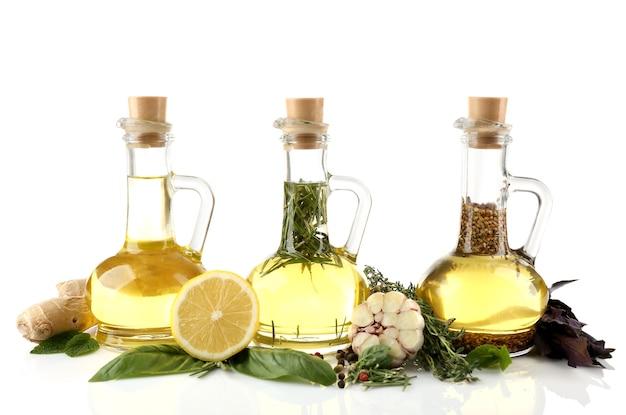 Olivenöl mit gewürzen, isoliert auf weiß