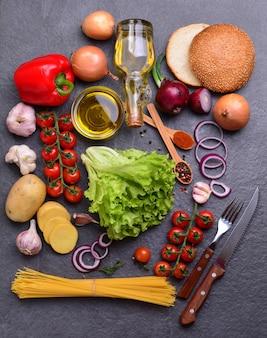 Olivenöl mit gewürzen und gemüse