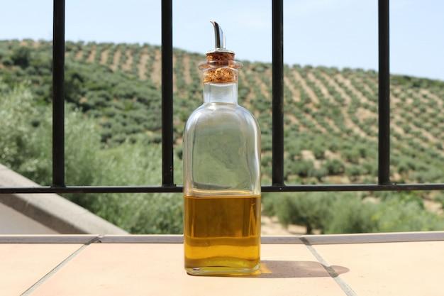 Olivenöl mit olivenhintergrund