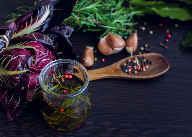 Olivenöl mit rosmarin, knoblauch und pfeffer