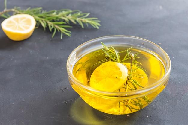 Olivenöl mit zitrone und rosmarin