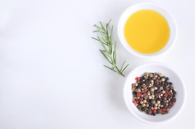 Olivenöl porzellanteller rosmarinzweig pfeffermischung