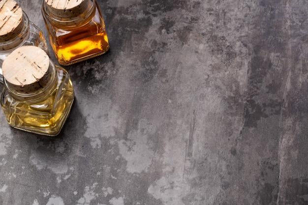 Olivenöl und essig auf einem hölzernen hintergrund mit kopienraum