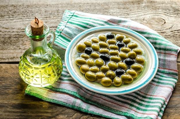 Olivenöl und ganze oliven