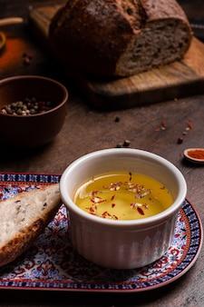 Olivenöl und gewürze auf einem holzbrett