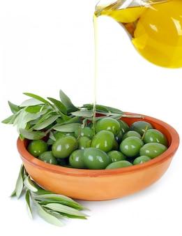 Olivenöl und zweige eines olivenbaums