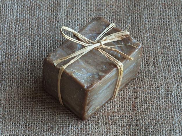 Olivenölseife handgefertigt auf sackleinen. handgemachte seife.