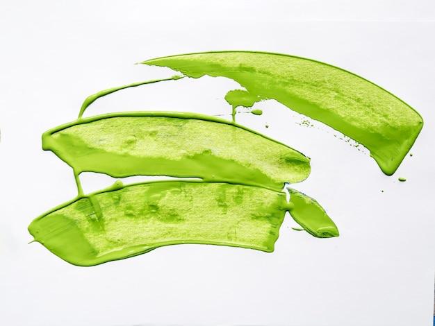 Olivgrüne bürstenanschläge auf weißem hintergrund