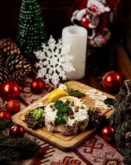 Olivier salat kartoffel karotte ei fleisch erbsen seitenansicht