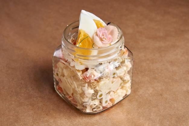 Olivier salat, russischer salat in der glasdose serviert