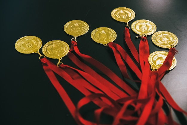 Olympische goldmedaillen auf einem schwarzen tisch zur belohnung der gewinner.
