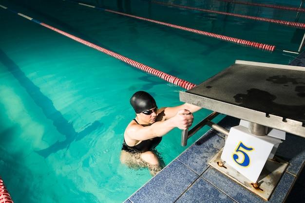 Olympischer schwimmer, der sich vorbereitet zu laufen