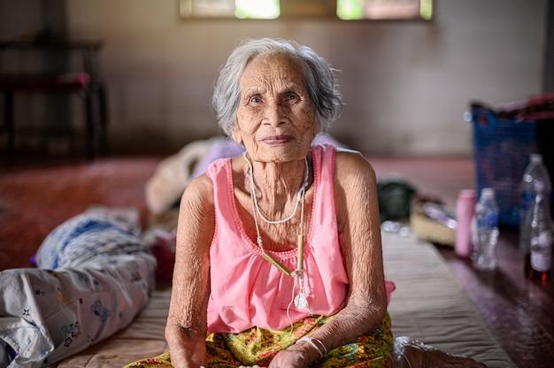 Oma mit einem glücksgefühl.