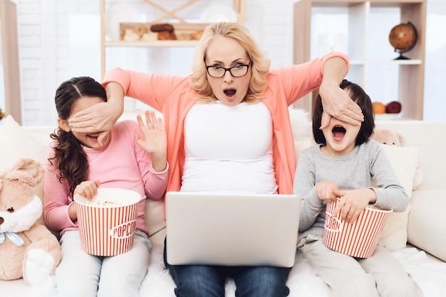 Oma schließt den enkelkindern die augen scary movie