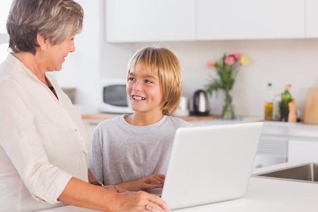 Oma und enkel mit laptop und lächelnd