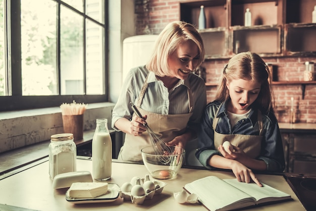 Oma und enkelin in der küche