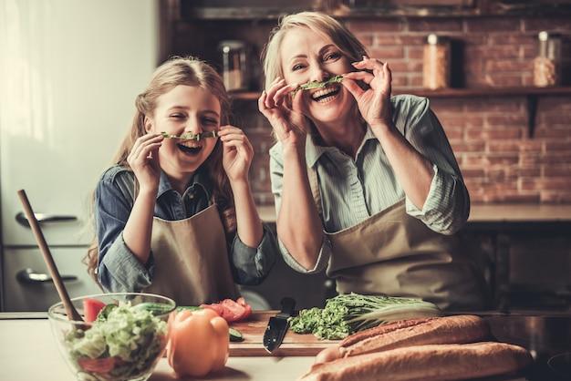 Oma und enkelin machen schnurrbart.