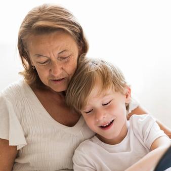 Oma und kind verbringen zeit miteinander