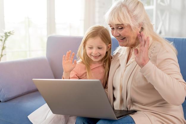 Oma und mädchen haben videoanruf