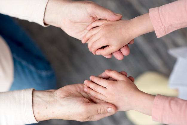 Oma und mädchen händchen haltend