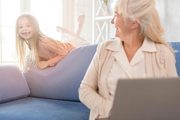 Oma und mädchen zusammen mit laptop