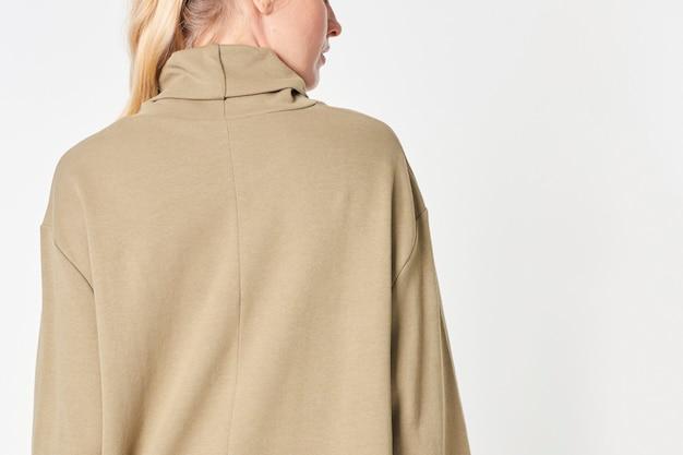 Oman in einem beigen polohalskleid
