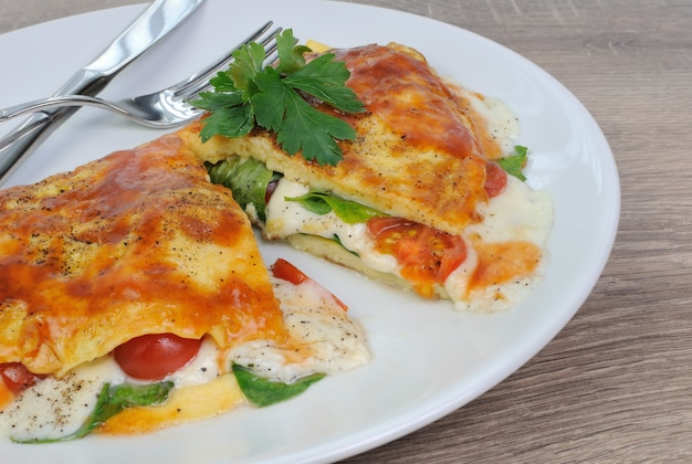 Omelett gefüllt mit spinat, tomaten und mozzarella