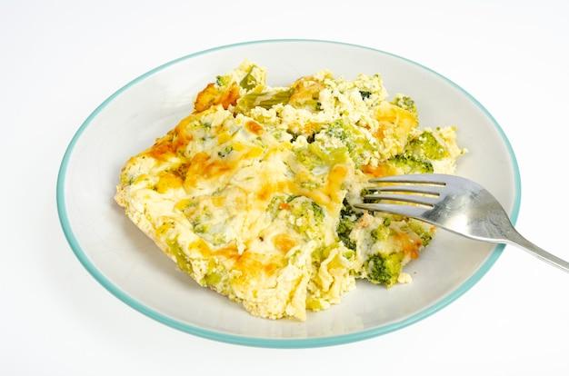 Omelett mit brokkoli, gesundes essen. studiofoto.