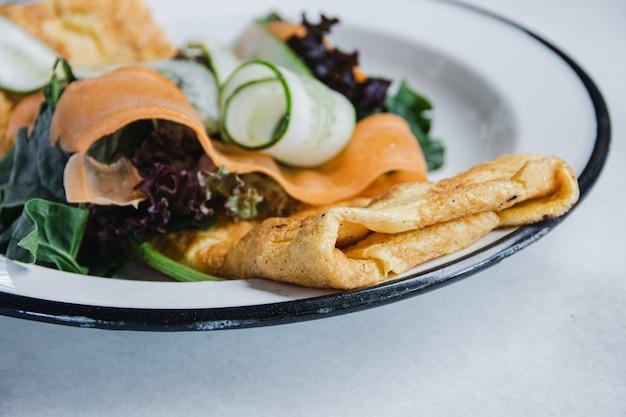 Omelett mit frischem salat. nahansicht.