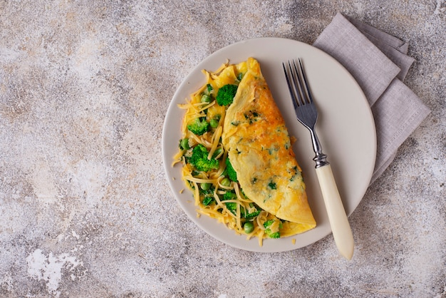 Omelett mit grünem gemüse und käse