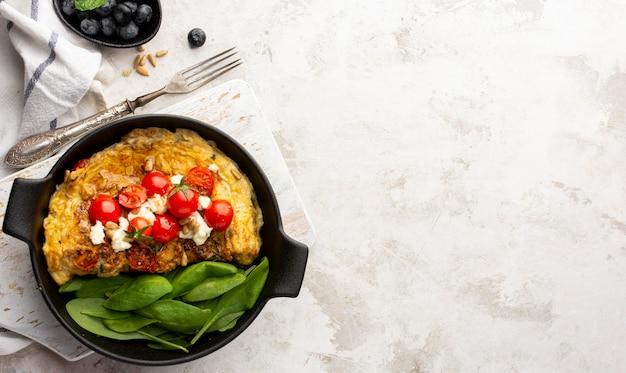 Omelett mit käse und tomaten marmor kopienraum