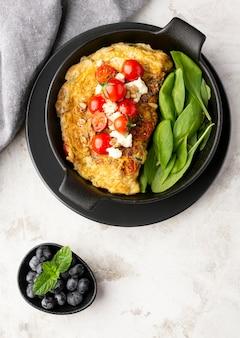 Omelett mit käse und tomaten mit tuch