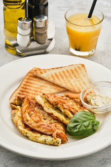Omelett mit kräutern, brot und butter.