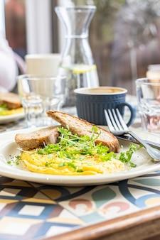 Omelett mit mikrogrünem und geröstetem brot gesundes und leckeres keto-frühstück mit kaffee ketogene ernährung