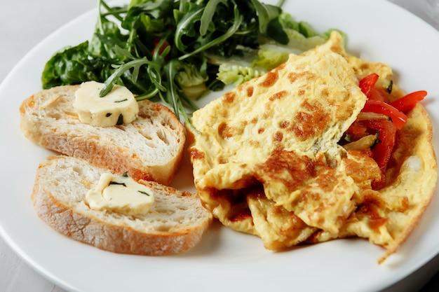 Omelett mit pfeffer und baguette