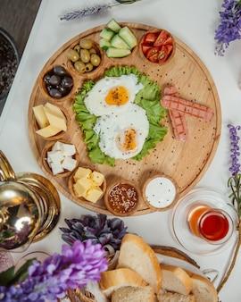 Omelett mit pfeffer und sesam belegt