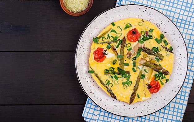 Omelett mit spargel und tomate für breakfas
