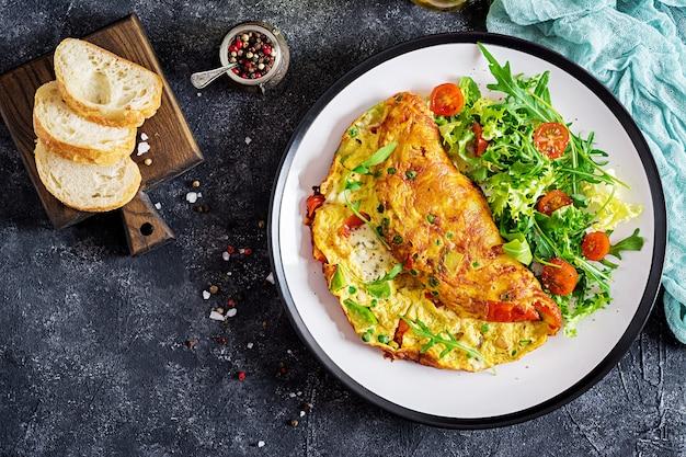 Omelett mit tomaten, avocado, blauschimmelkäse und erbsen