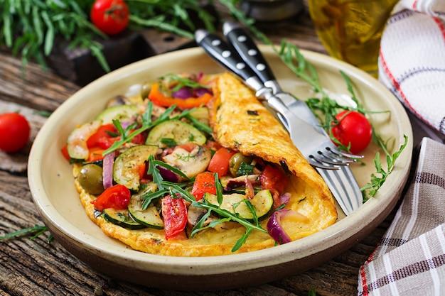Omelett mit tomaten, zucchini und champignons. omelette-frühstück gesundes essen.