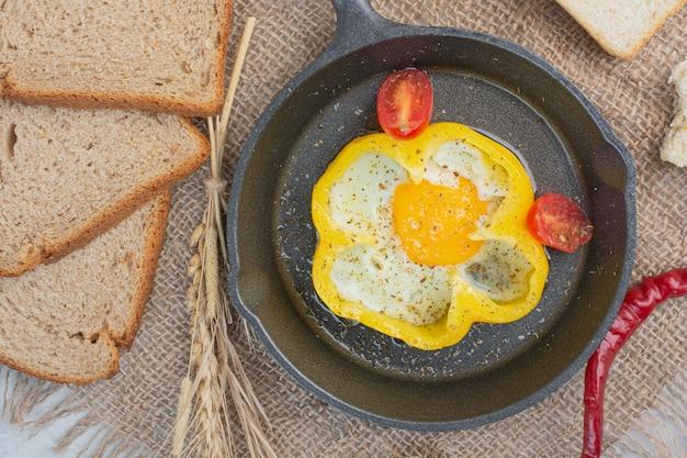 Omelett mit weißbrotscheiben auf sackleinen.
