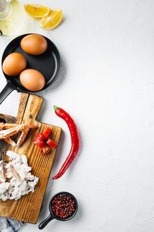 Omelette zutaten mit pfeffer, krabbenfleisch, ei, käse set, auf weißem hintergrund, draufsicht flach legen, mit copyspace und platz für text