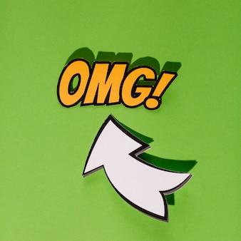 Omg-pop-art-wolkenblase mit weißem richtungszeichen auf grünem hintergrund