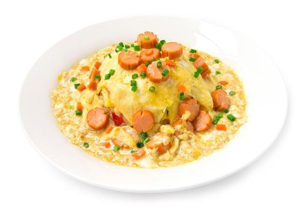 Omlet cremig mit sauce in geschnitzter saucenform