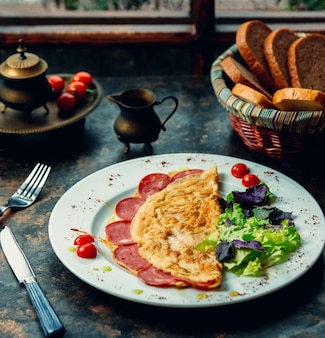 Omlette mit peperoni und grünem salat.