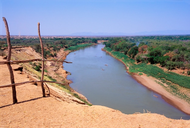 Omo river gesehen von einem karo-dorf in äthiopien