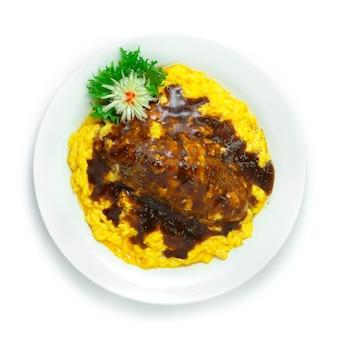 Omurice omelett mit reis auf brauner sauce