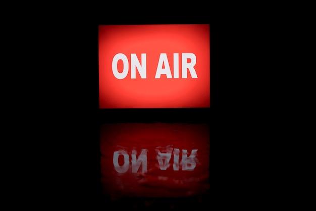 On air neonlicht banner mit reflexion minimalistisch