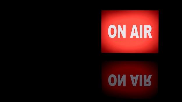 On air neonlicht banner mit reflexionskopie platz